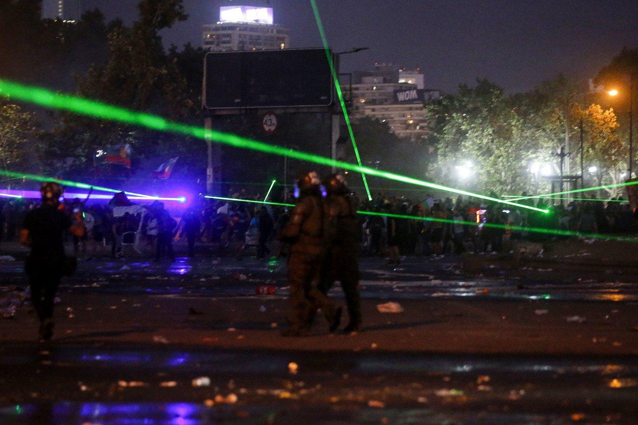 智利民眾要求總統下台、經濟改革所引發大規模抗議已數週,警方出動不少無人機來攝影、...