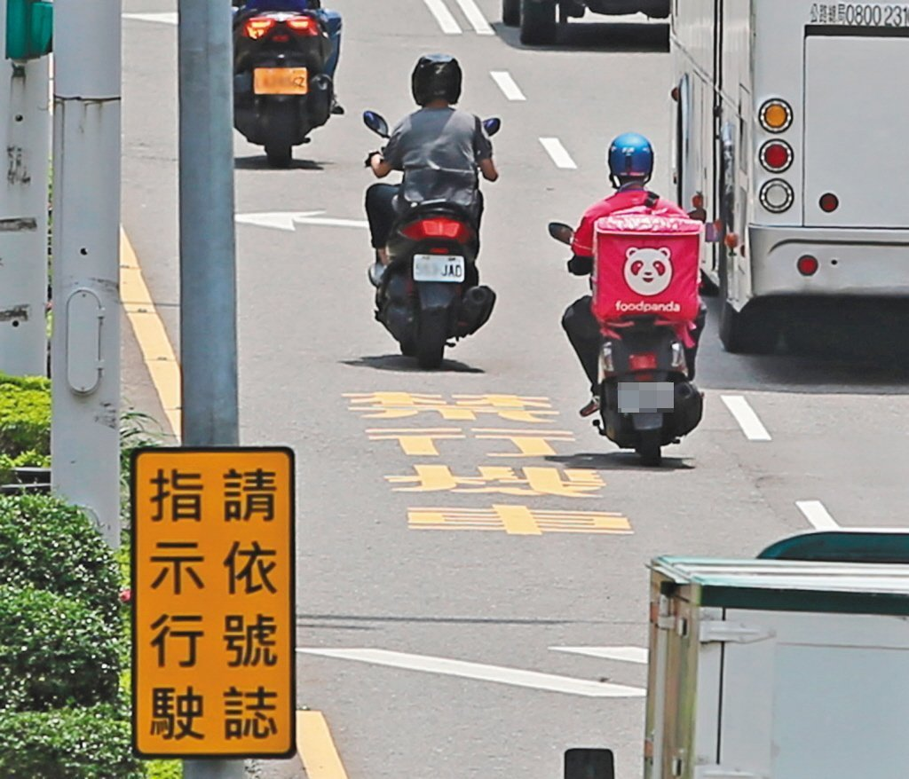 外送員違規事件層出不窮,讓用路人抱怨連連。 圖/聯合報系資料照片