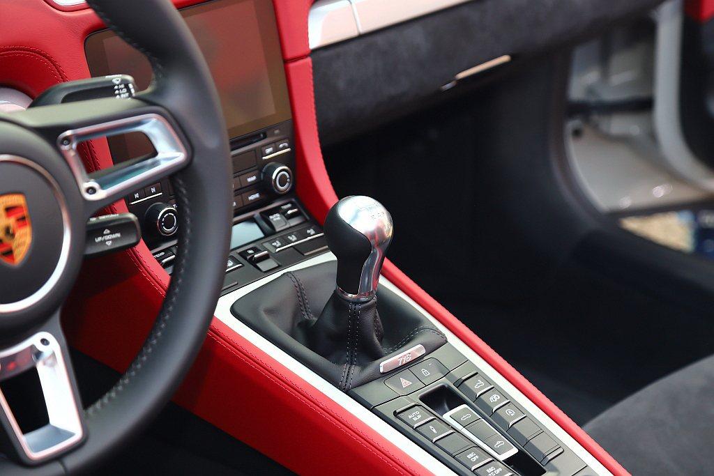Porsche 718 Spyder與718 Cayman GT4標準配備6速手...
