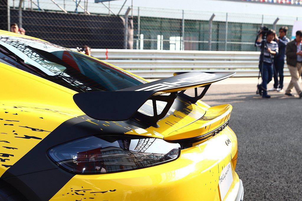 大面積固定式擾流尾翼與兩側翼端帆,提供保時捷718 Cayman GT4強大的運...