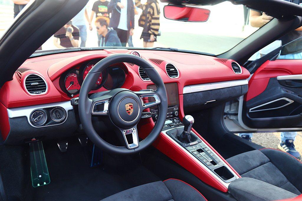 保時捷718 Spyder雙座敞篷跑車座艙採取駕駛導向設計,駕駛座前方盤幅為36...