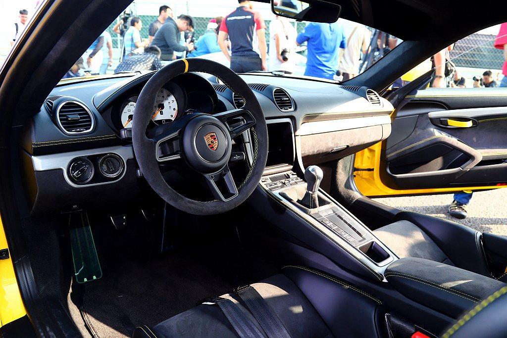 保時捷718 Cayman GT4黑色內裝鋪陳以Alcantara皮革元素與銀色...