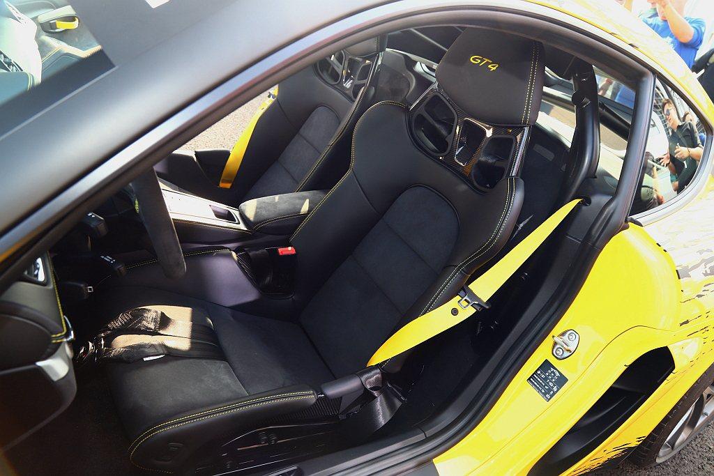 保時捷提供718 Cayman GT4 選配包含全桶型座椅在內的賽車運動套件。 ...