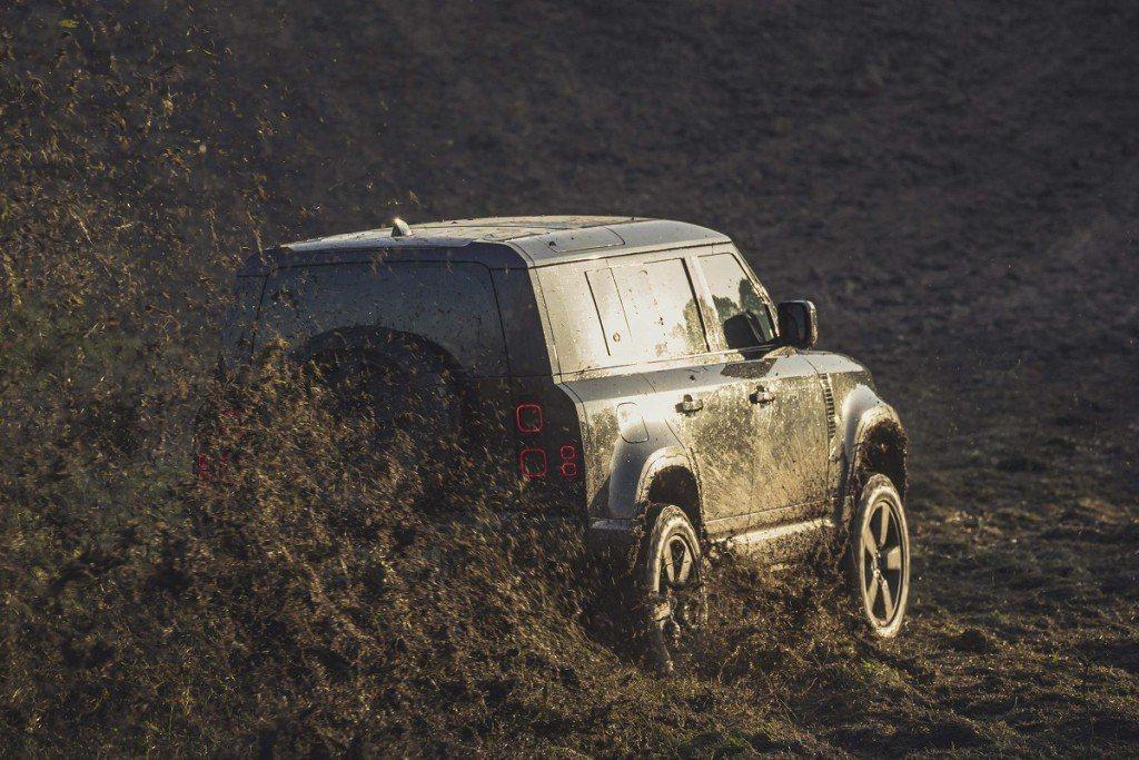 Land Rover Defender過去就曾在龐德電影擔任重要演出。 圖/La...