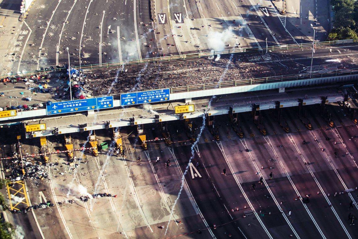 對港警而言,理大的東側應對的是紅勘海底隧道與九龍高架道路系統匯流處,理大西側則是...