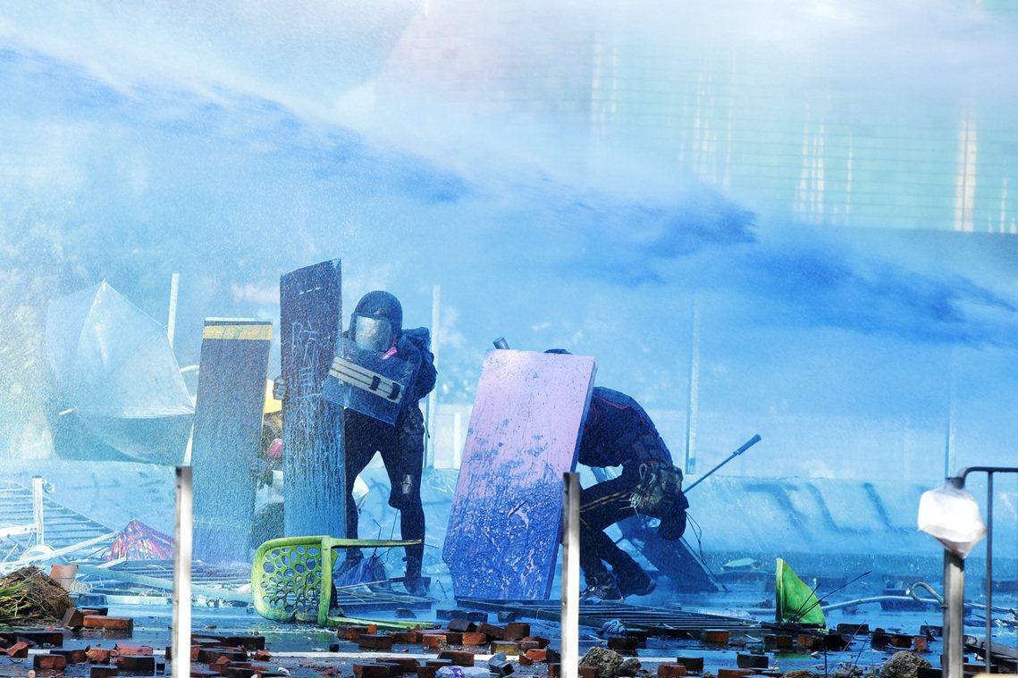 港警朝人群直射的鎮暴彈也造成大批受傷,一名網路媒體《癲狗日報》的攝影記者更被水砲...
