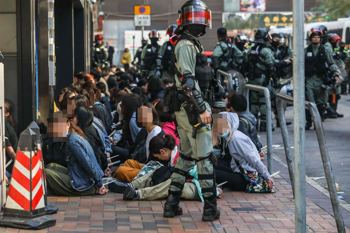 18日上午,理大外被捕抓的大批群眾。 圖/法新社