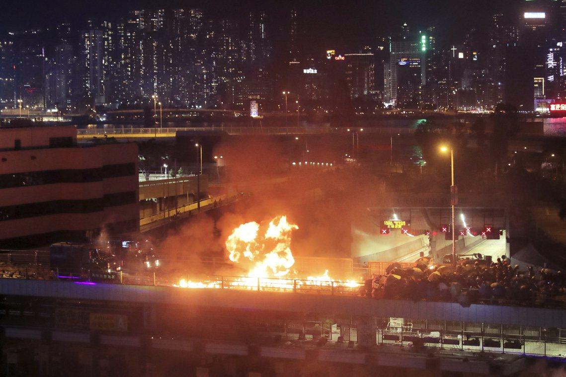 傍晚過後衝突激化,數千名示威者被逼入了理大校區,警方催淚彈不斷狂射,示威者也不斷...