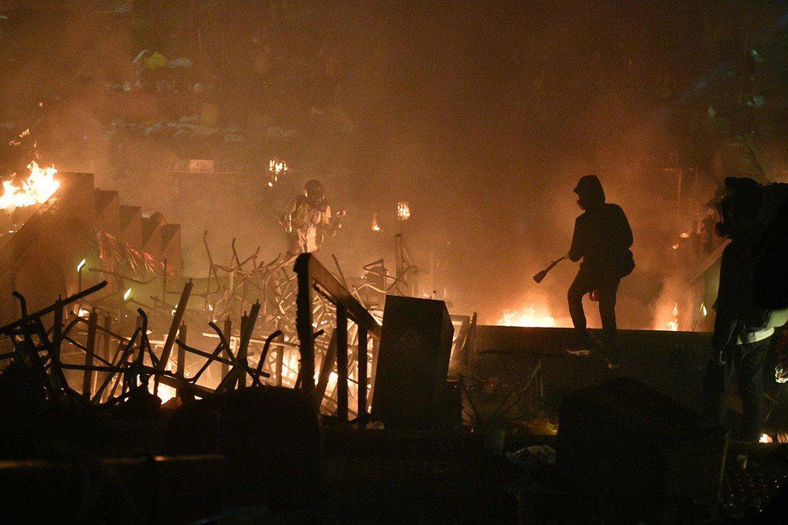 理大是夜衝突,校園內遍地火光。 圖/法新社
