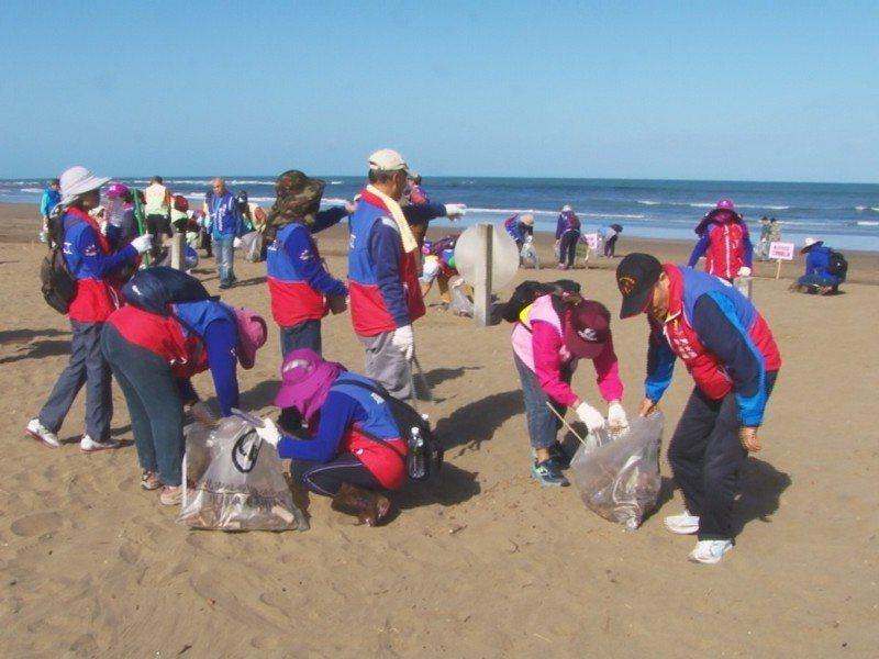 淡水區沙崙海岸淨灘活動,21個里長帶著各里的環保志工共有五百多人共襄盛舉,讓沙崙海岸變得更加美麗。 圖/紅樹林有線電視提供