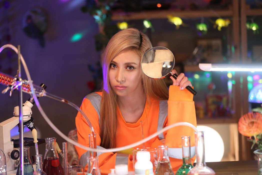 呂婕菲在MV中扮演做實驗的「理科太太」。圖/聲達娛樂提供