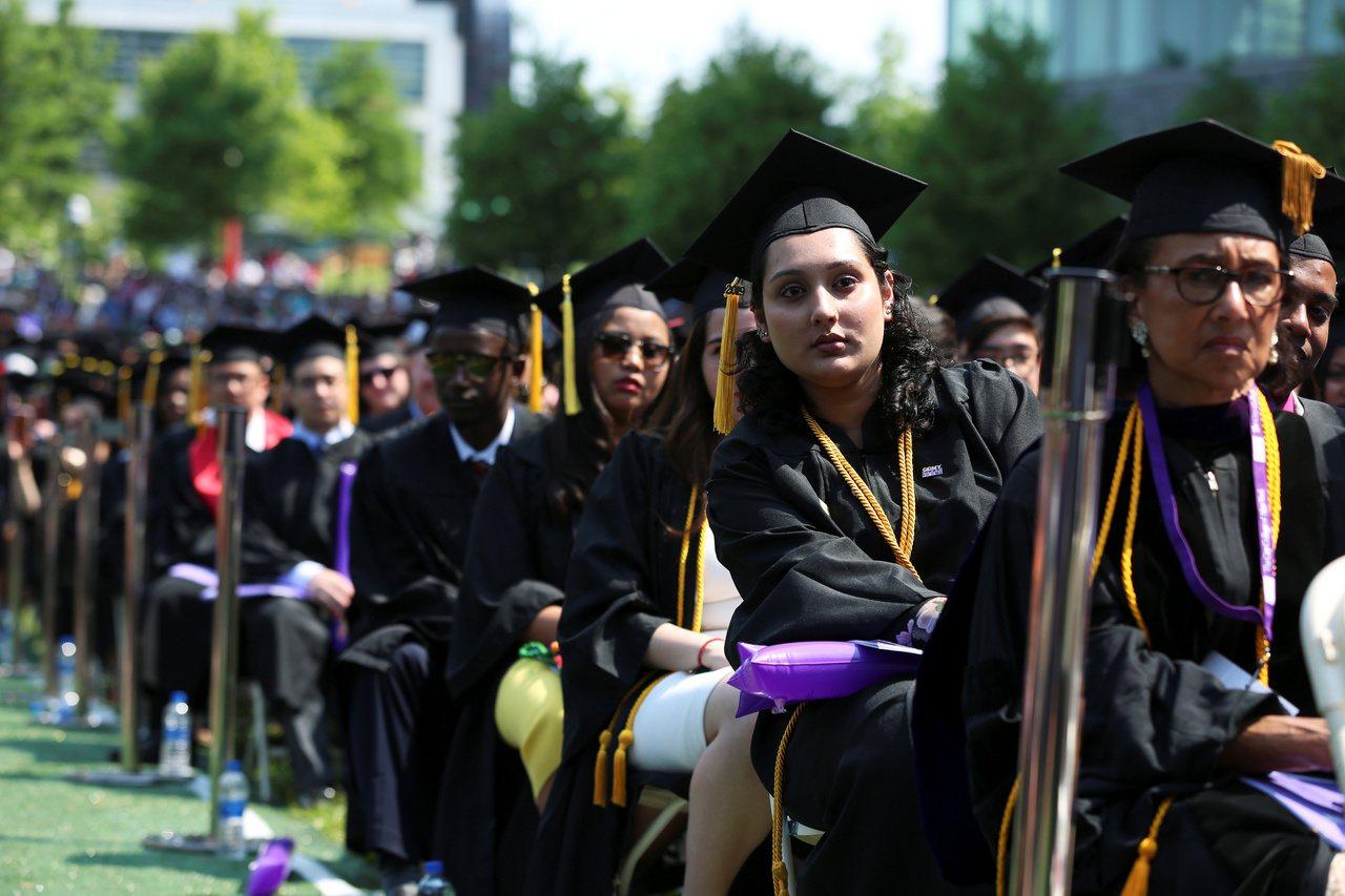 報告顯示,擁有大學學歷的工作者,他們賺的錢通常比高中學歷的工作者高出84%。路透