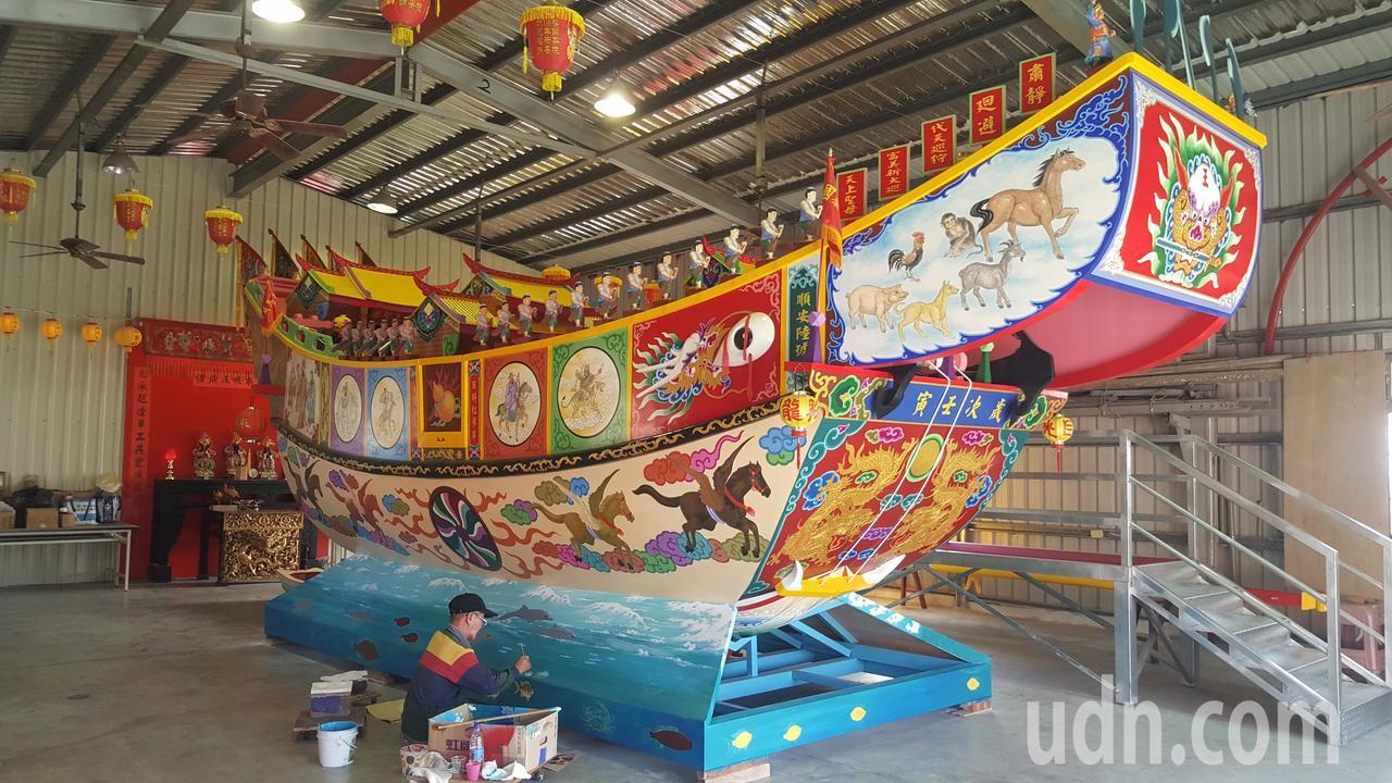苗栗縣通霄鎮白沙屯五雲宮相隔30年,再度建造大型彩繪王船,16日將開光點眼,隨後...