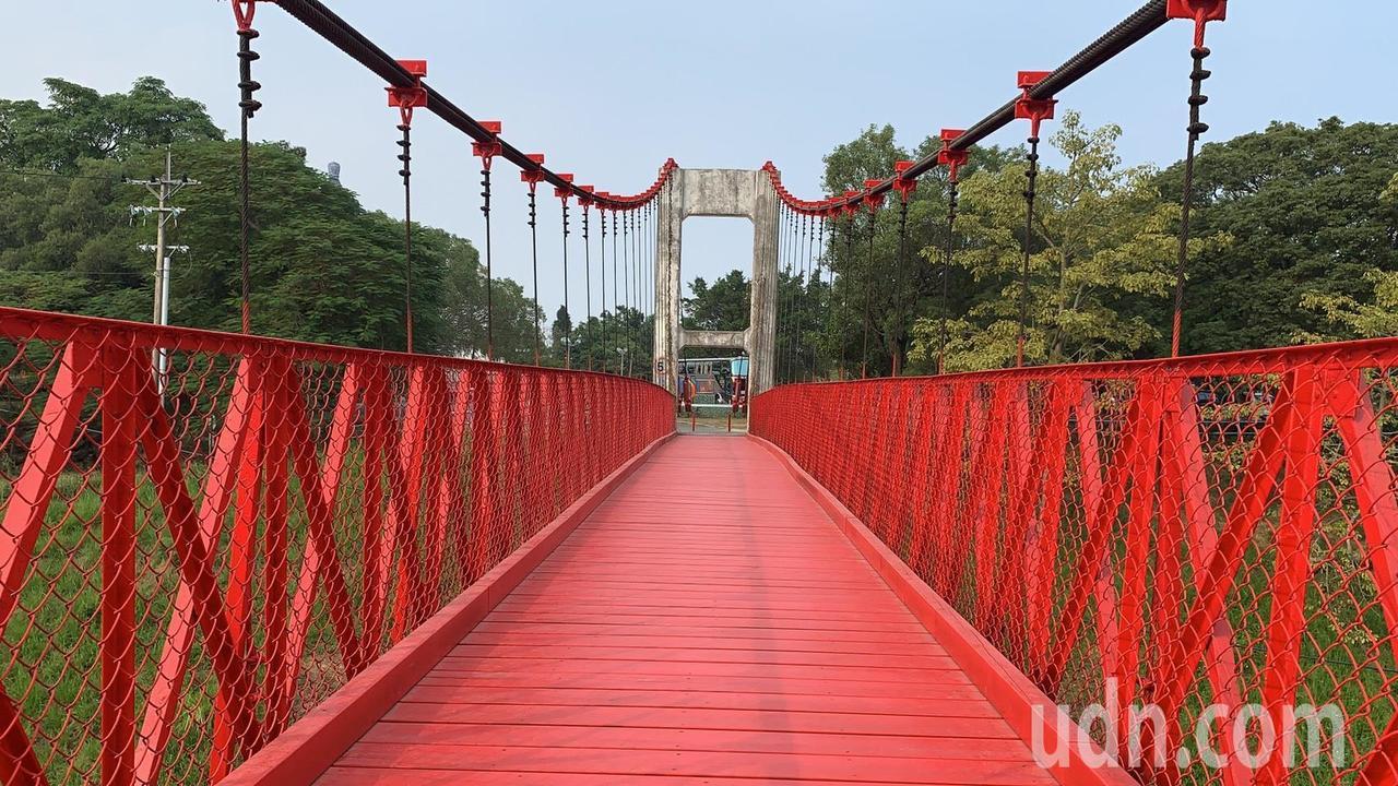 台南藝術大學與烏山頭水庫間的「跨虹吊橋」,封閉10多年後將重新開啟。記者吳淑玲/...