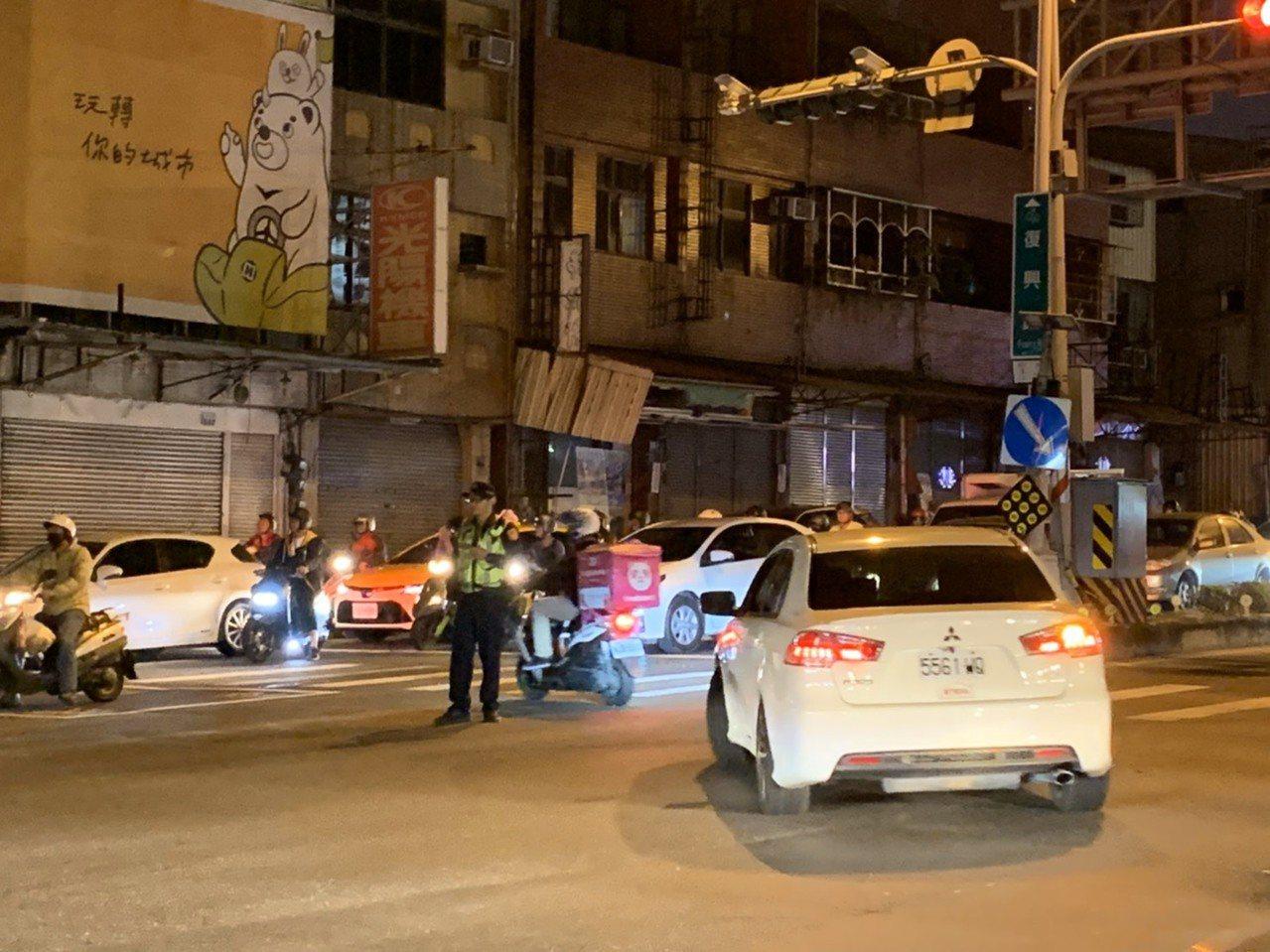 台南主幹道復興路開挖,永康分局籲繞路免塞車。圖/警方提供
