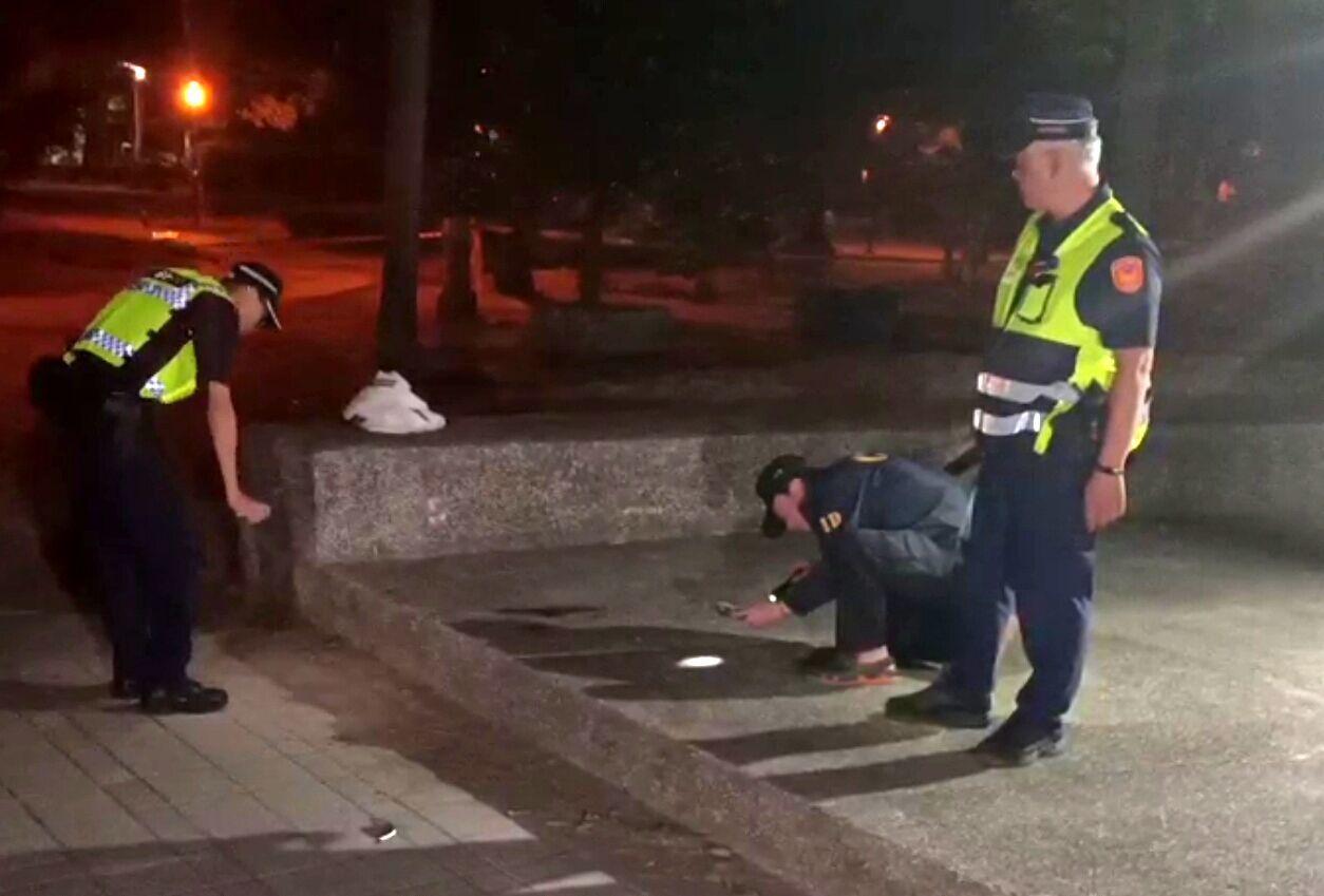 警方在三民公園採證,發現1枚「裝飾彈」。圖/讀者提供