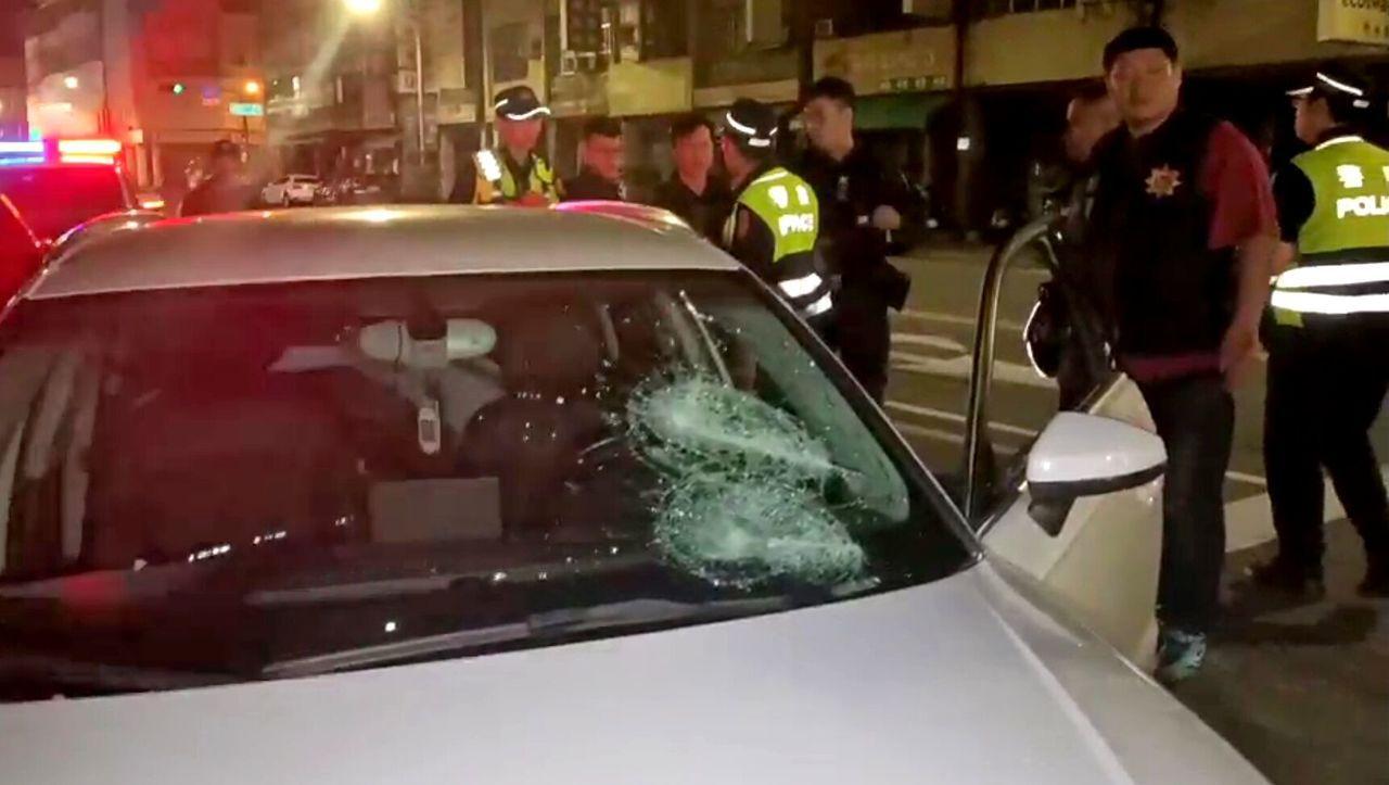 警方找到載葉姓男子去醫院的轎車,前擋風玻璃被砸。圖/讀者提供