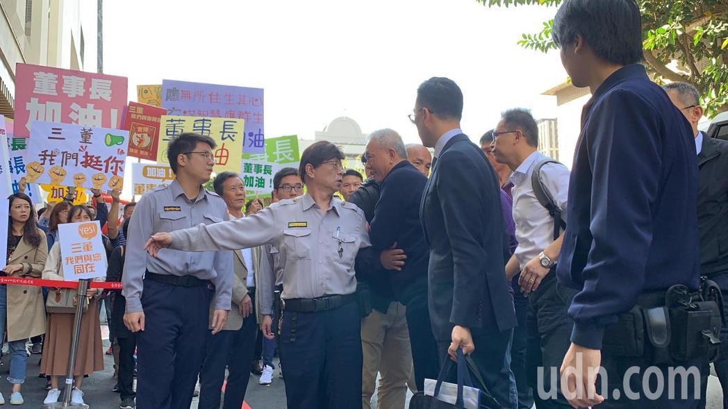 魏應充上午到北檢報到入監,下車後擁抱球星張泰山。記者賴佩璇/攝影