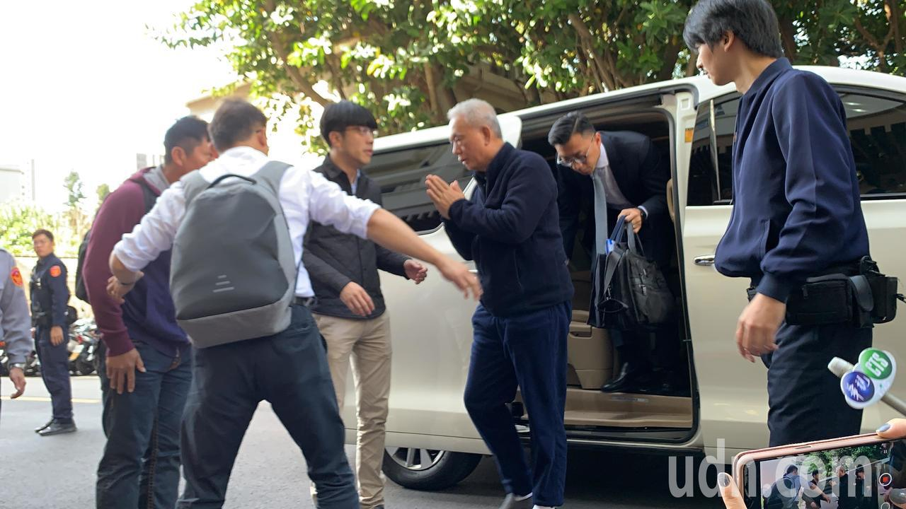 魏應充上午到北檢報到入監,下車時雙手合什。記者賴佩璇/攝影