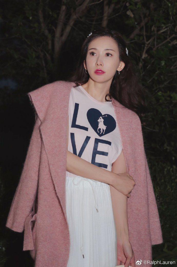 身為品牌摯友,志玲姐姐日前才穿上RALPH LAUREN「LIVE LOVE」粉...