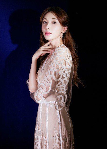 林志玲穿FENDI展現蕾絲刺繡的精緻浪漫。圖/取自微博