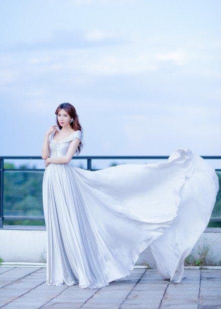 林志玲身穿ReemAcra禮服和RENE CAOVILLA鞋履。圖/取自微博