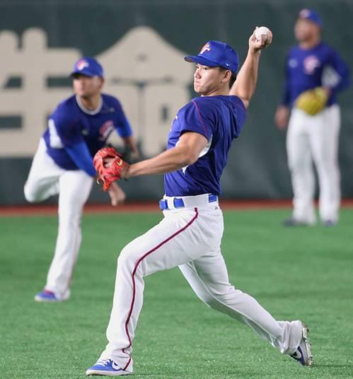 2019年世界12強棒球賽,中華隊投手江少慶在場邊傳接球熱身。特派記者侯永全/攝