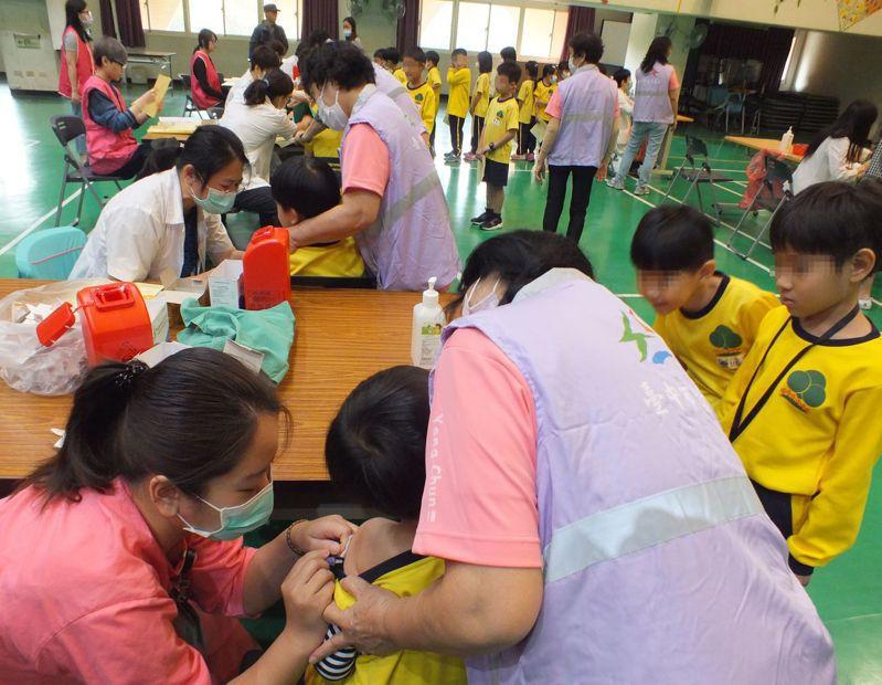 公費流感疫苗今天在國高中、小學校園開打,圖為台中市永春國小學童接種流疫苗情況。記者趙容萱/攝影