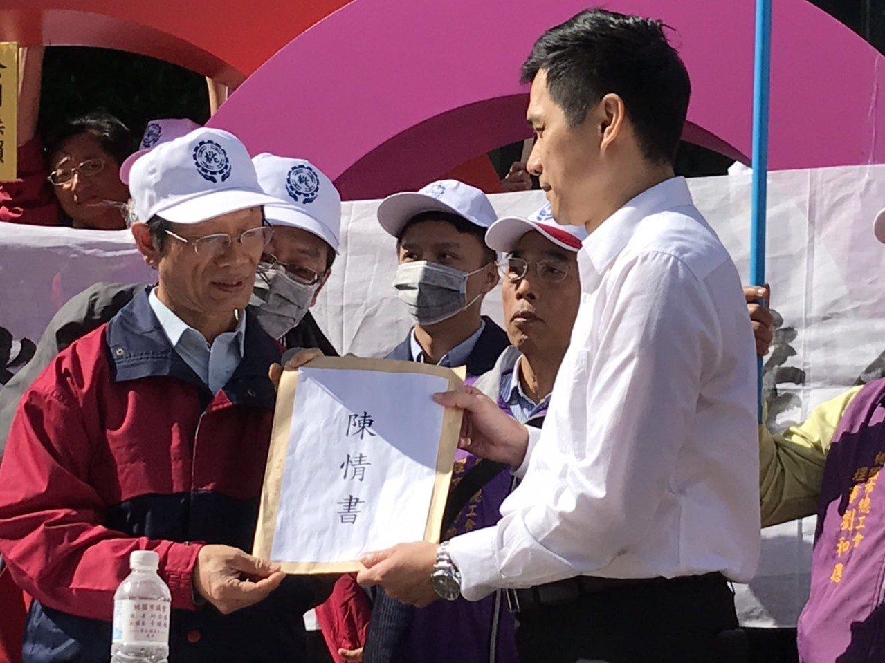 華映企業工會理事長蘇國哲(左)遞交陳情書給大同公司代表。記者蔡銘仁/攝影