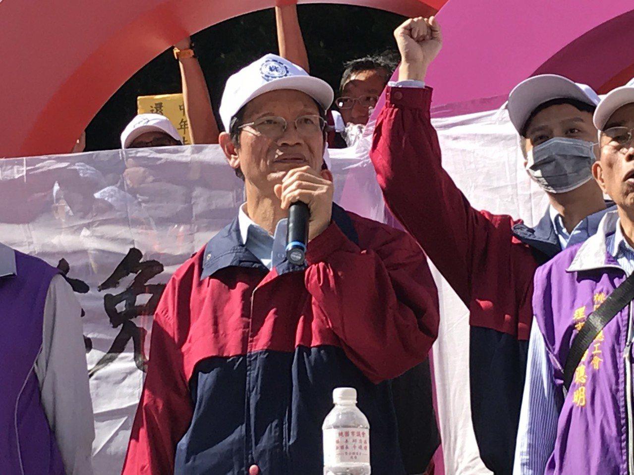 華映企業工會理事長蘇國哲(中)帶領約650名華映前員工,走上街頭。記者蔡銘仁/攝...