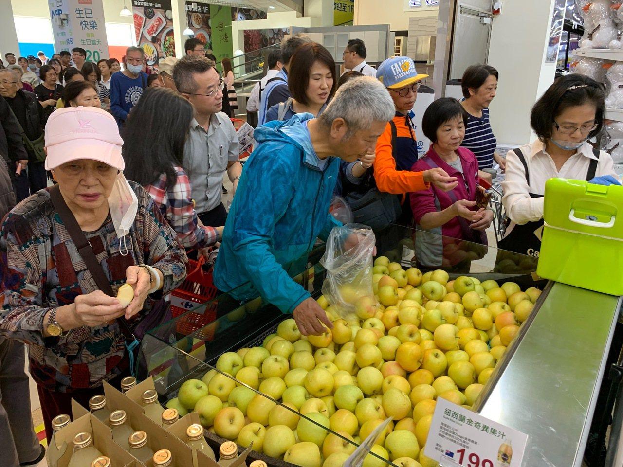 蔬果區買氣超旺。記者徐力剛/攝影