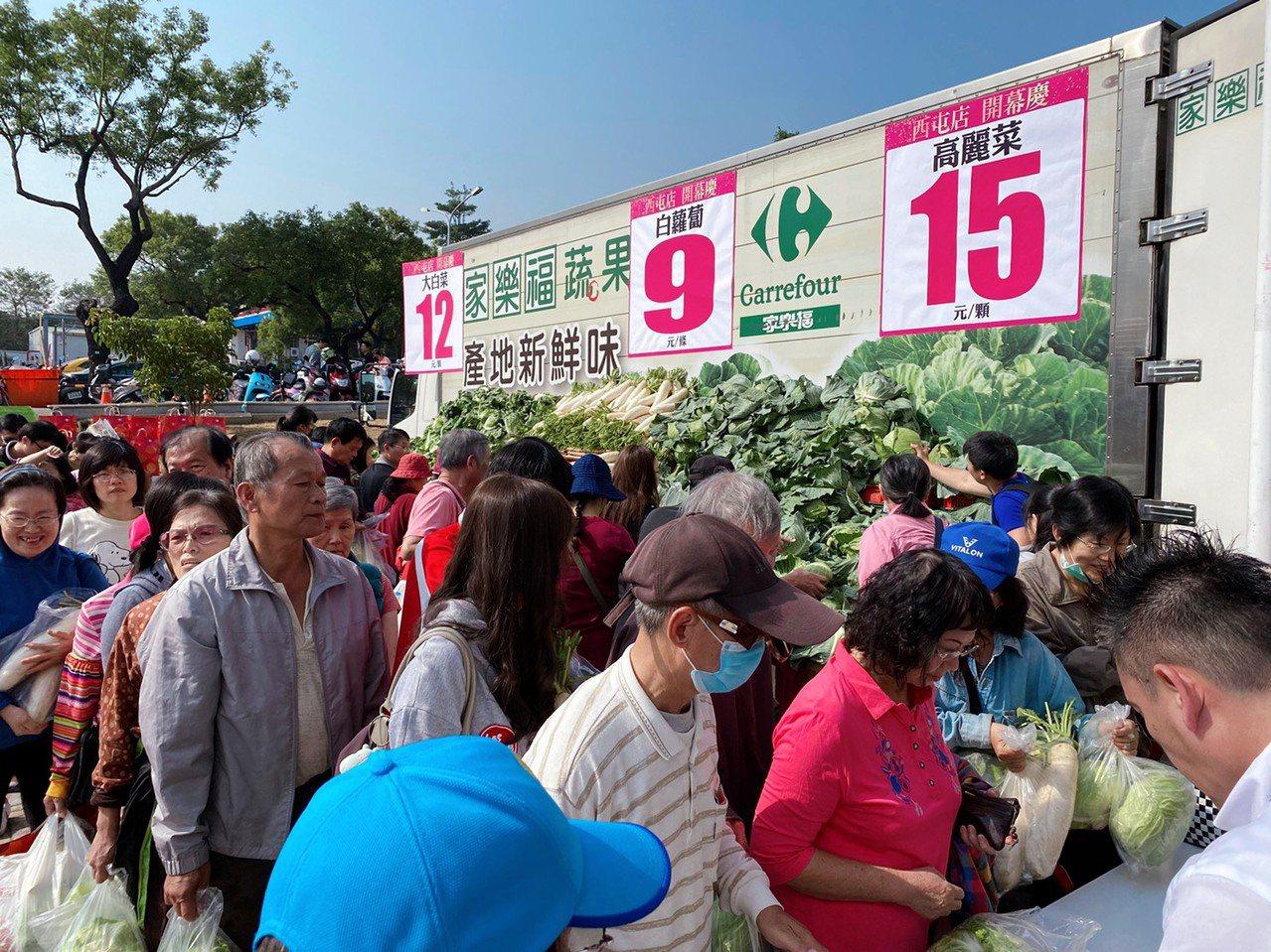 歡慶開幕,白蘿蔔、高麗菜祭出超低價優惠。記者徐力剛/攝影