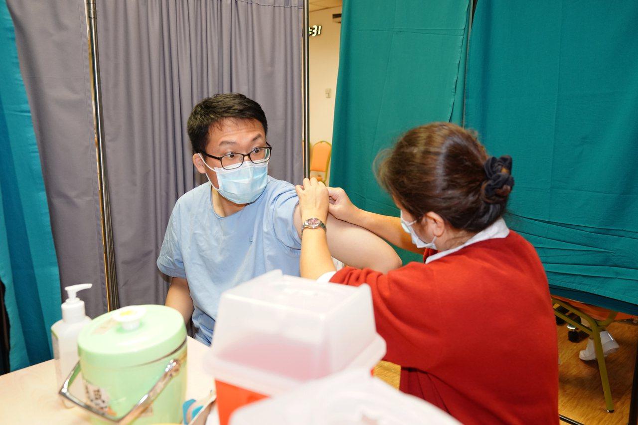 新光醫院表示,今日上午醫護同仁施打量約近400人,平均約等候15分鐘。圖/新光醫...