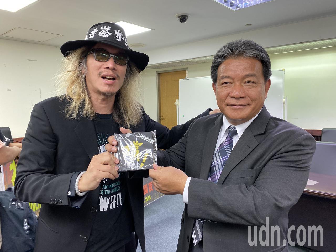 朱頭皮(左)送單曲給台南市議長郭信良(右)。記者鄭維真/攝影