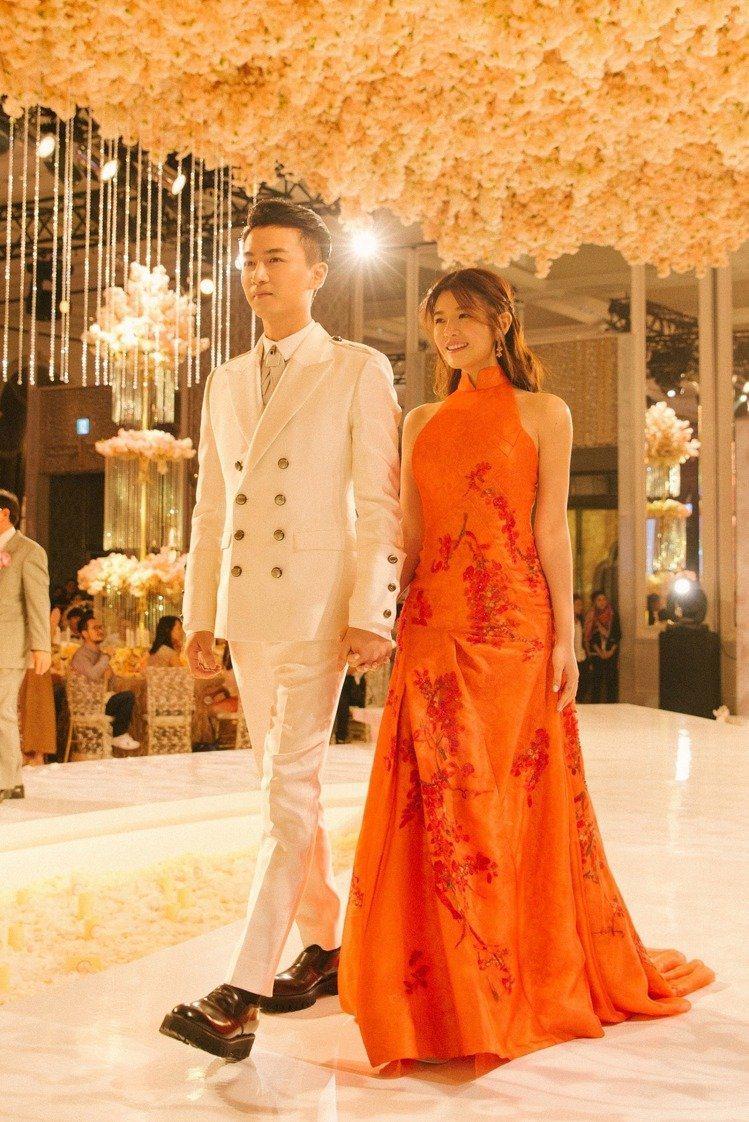 陳曉和陳妍希大婚時穿著夏姿設計淨白西裝與胭脂紅中式禮服進場。圖/夏姿提供