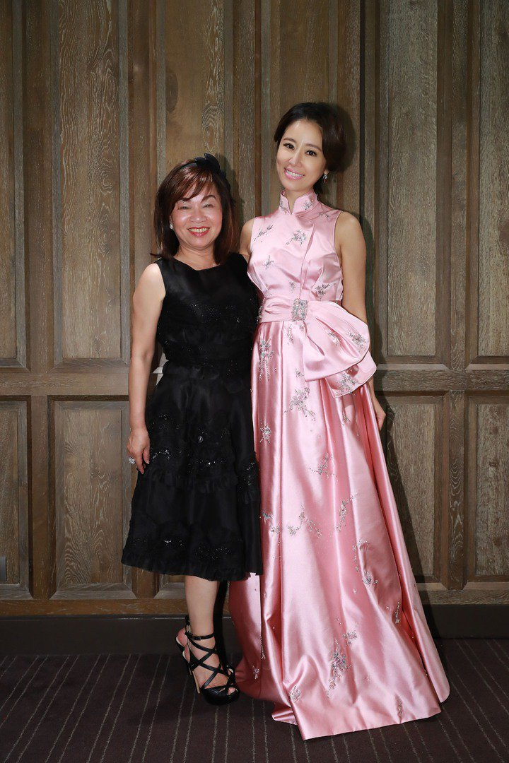夏姿設計總監陳彩霞與林心如在婚宴上合影。圖/夏姿提供