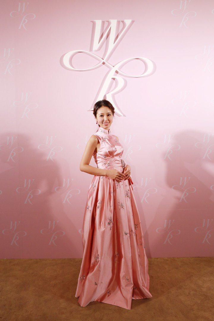 林心如結婚時穿著夏姿粉色立領禮服,高腰結飾藏了早生貴子的喜悅。圖/夏姿提供