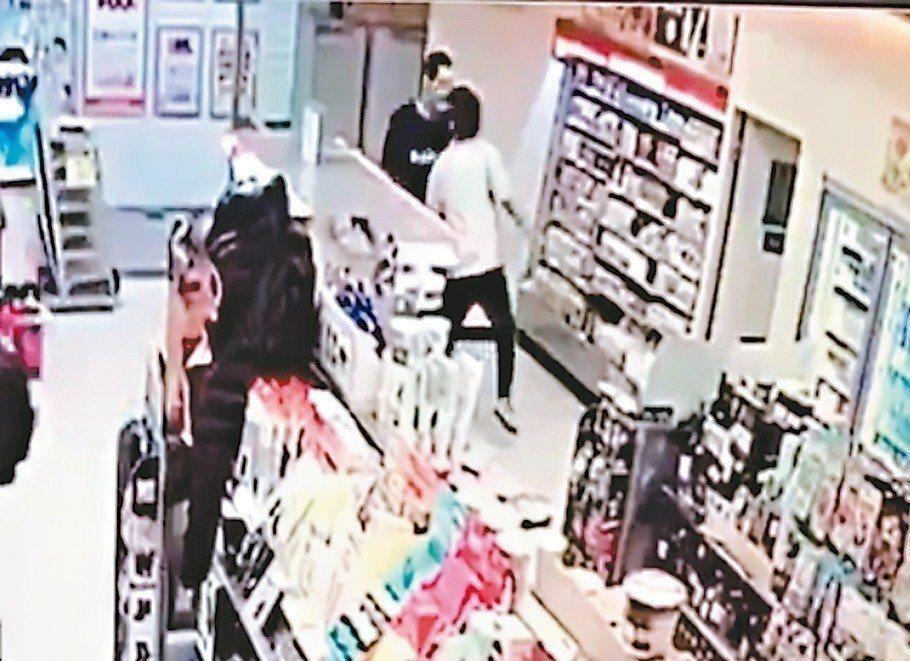葉俊平不滿被問「錢不夠付嗎」,拿刀狂刺超商店員。記者林昭彰/翻攝