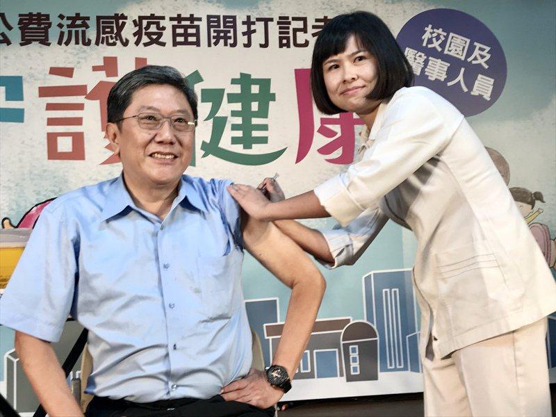 今年公費流感疫苗今天開打,第一階段施打對象為學生及醫護人員,台大醫院李秉穎醫師上午接受流感疫苗接種。記者徐兆玄/攝影