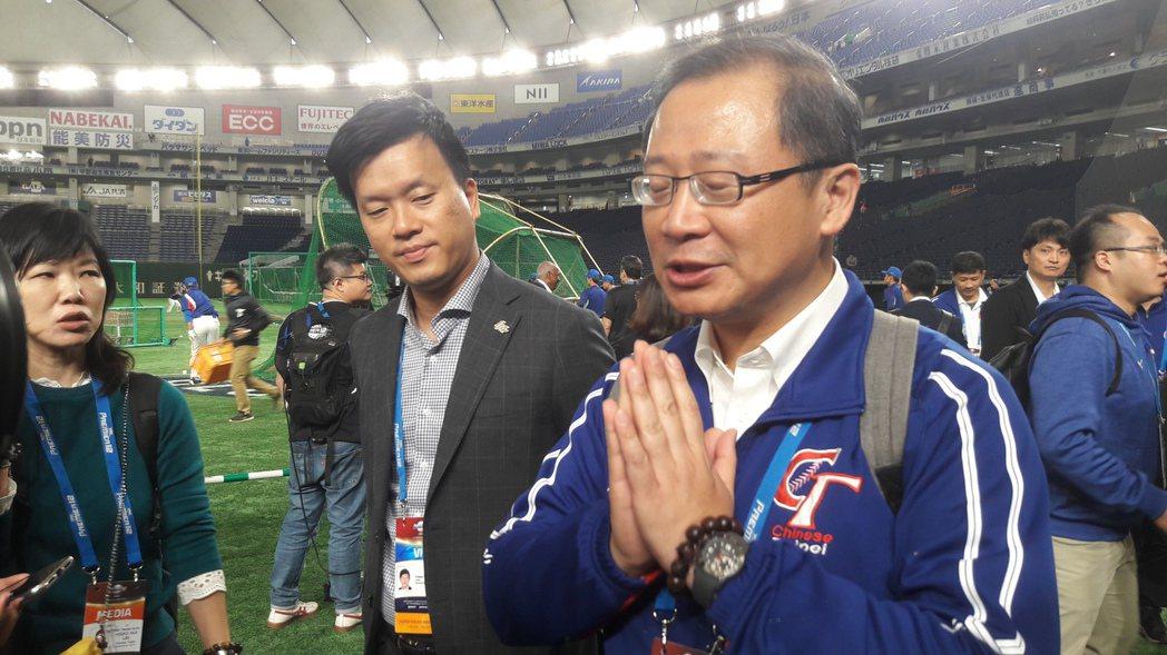 中職會長吳志揚(右)、桃猿隊領隊劉玠廷(中)一起在東京巨蛋亮相。記者藍宗標/攝影