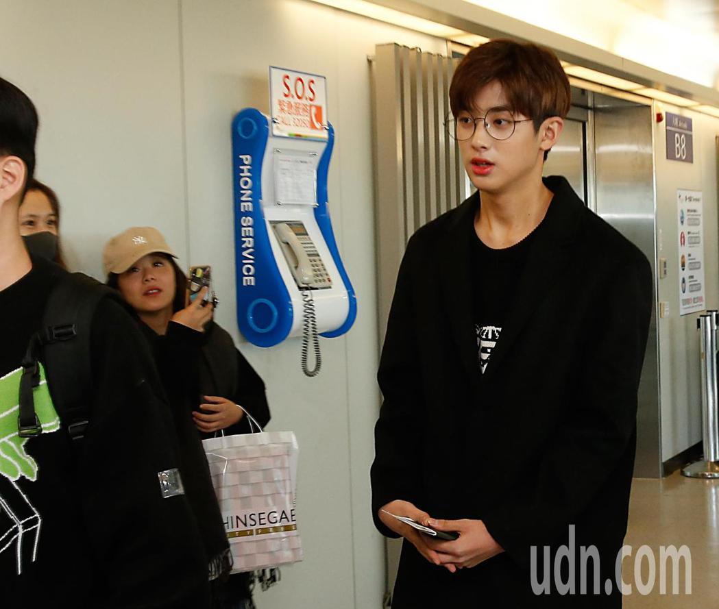 韓星金旻奎中午抵台,在管制區內有幾位粉絲接機。記者鄭超文/攝影