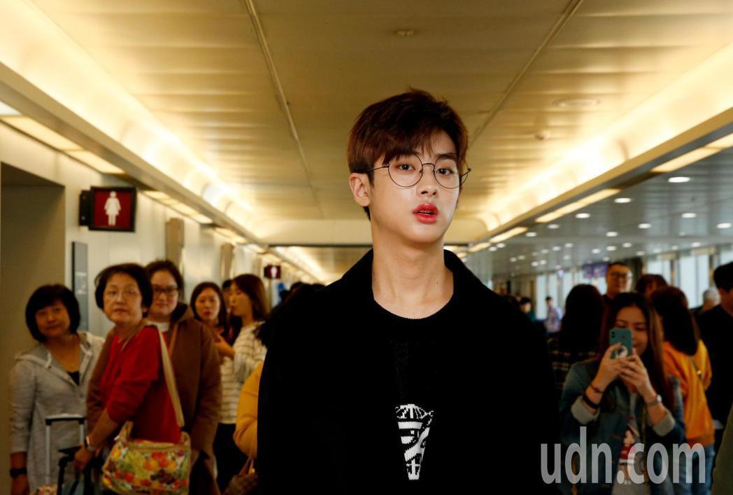 韓星金旻奎中午抵台,這是他首次來台,在機場內引起許多旅客的注意。記者鄭超文/攝影