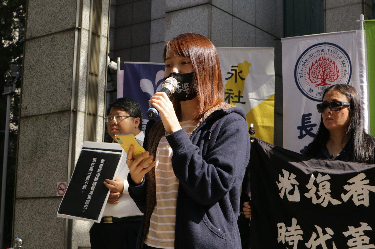 剛回台的香港中文大學的台灣學生Joanne表示,從沒想過警察攻入校區,警方拿著催...