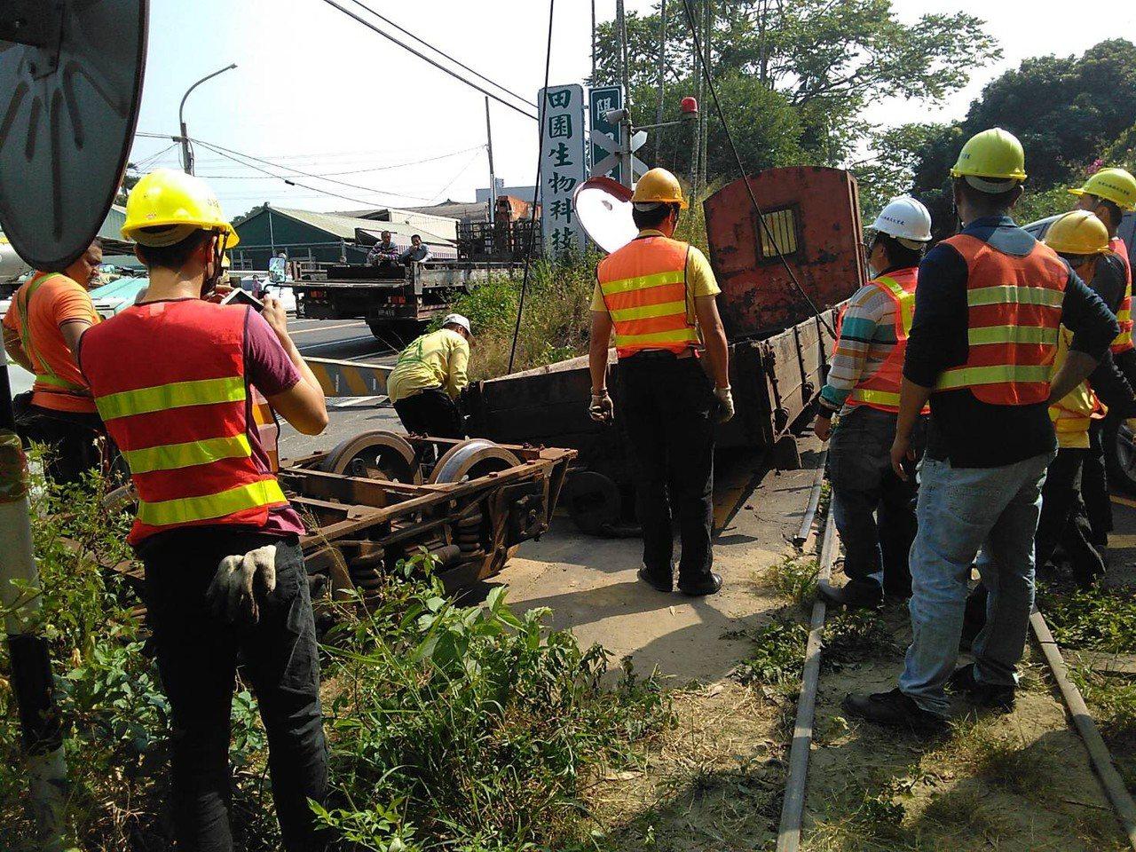 阿里山小火車20號平交道今天上午發生一起小客車疑似闖越平交道擦撞工程車事故,目前...