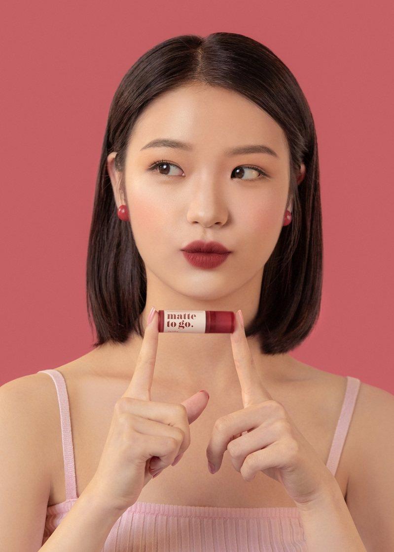 I'M MEME我愛柔霧磚土系唇膏採用小巧包裝,方便隨身攜帶。圖/I'M MEME提供