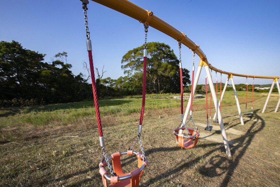 新竹市青青草原新增曲線型鞦韆,特別提供幼兒用的包覆型座椅。圖/市府提供
