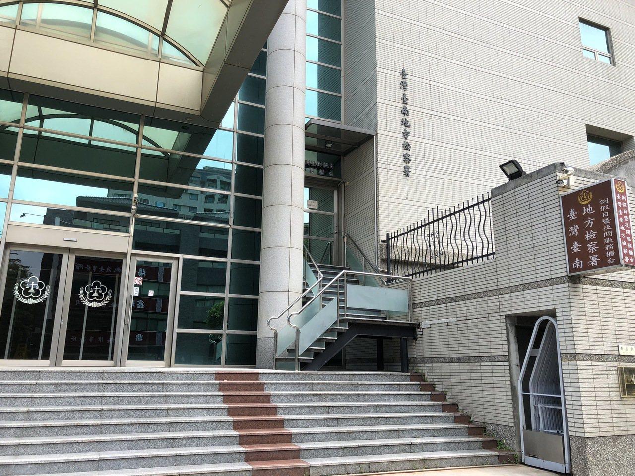 台南地檢署調查後,將包商、實驗室試驗人員及販售試體人員等5人涉犯行使業務上登載不...