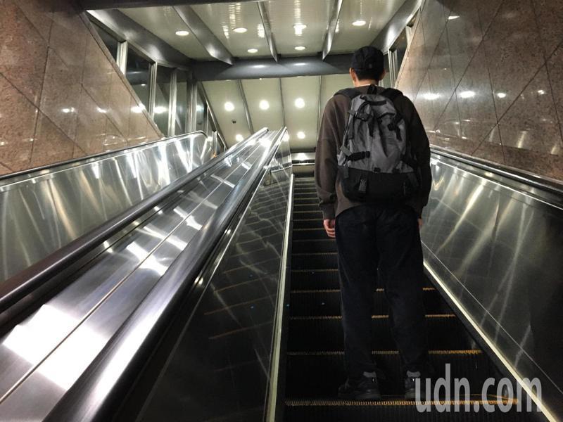 北市捷運局為進行車站出入口電扶梯改善工程,11月17日起將分階段陸續進行施工,封閉部分車站單一出入口。記者郭頤/攝影