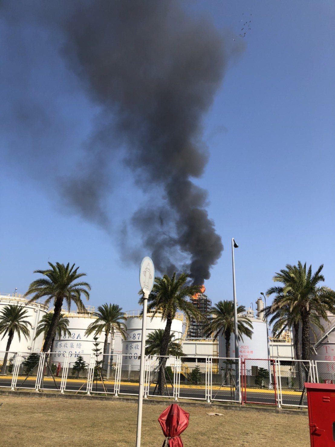 3天前才火警造成一人受傷的六輕煉一廠廠房,今再冒出火光,幸虛驚一場。圖/鄉代吳明...