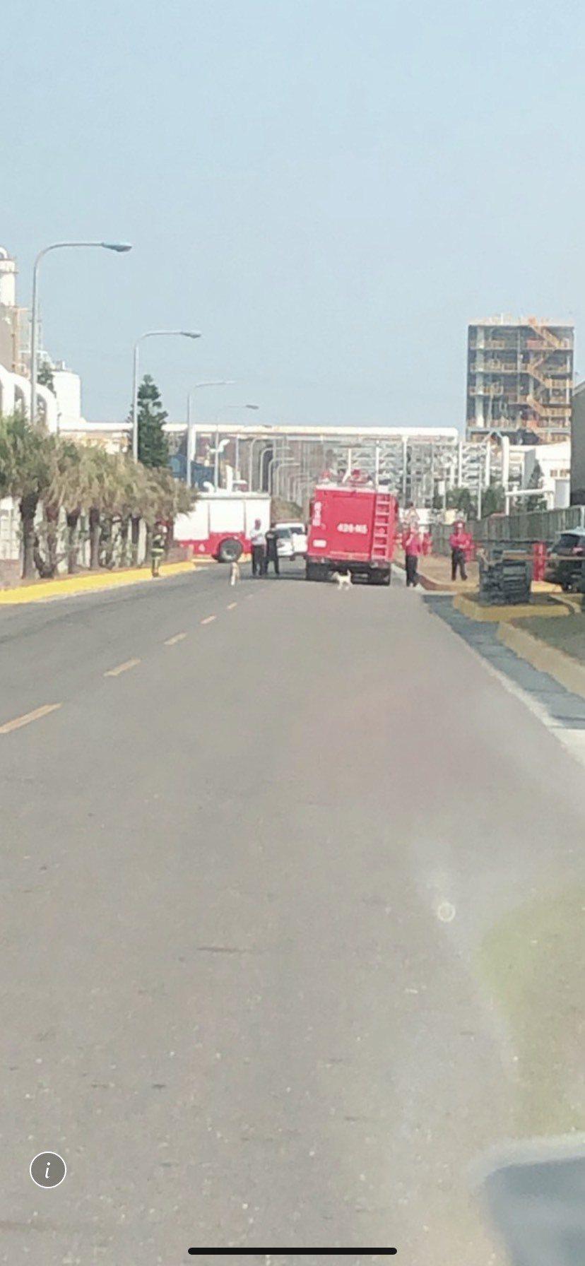 3天前才火警造成一人受傷的六輕煉一廠廠房,今再冒出火光,消防車也趕到現場,幸只是...